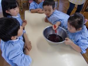 年中さんは、デザートのゼリー作りです。まず粉末をお湯でよく溶かします。