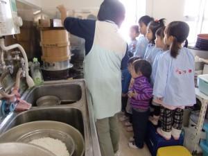 もち米が蒸篭で蒸されるところを、園児たちはかわるがわる観察します。