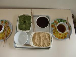 丸めたお餅は、好みに合わせて、黄な粉やお醤油や海苔をつけて食べます。