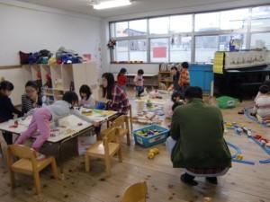 この日は雨天でした。年少さんはお部屋で、制作したり、遊んだりしています。