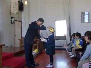 誕生者は園長先生から祝福を受けます。
