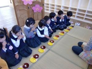 さくらさんが、お茶と桜のマシュマロをいただいています。おいしそう!