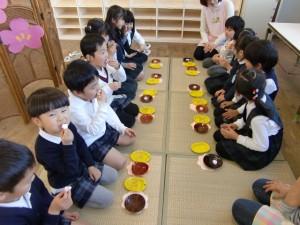 ゆりさんが、お茶と桜のマシュマロをいただいています。