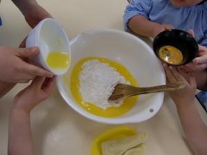 バターと卵を混ぜて