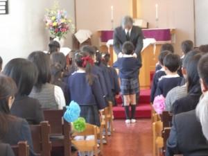 卒園児全員に聖書が園からプレゼントされました。