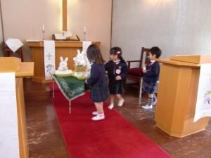 イースターエッグを祭壇に飾るさくらさんです。
