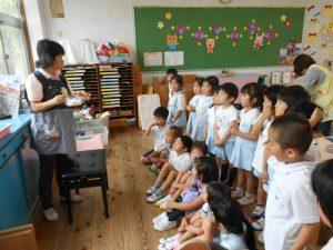 晶子先生から繭玉の紡ぎ方を実演してもらいました。