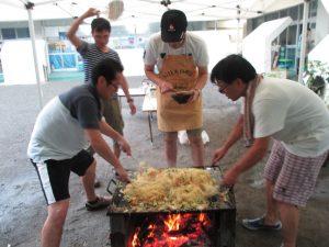 四人のお父さんが焼きそば作りをご奉仕して下さいました。