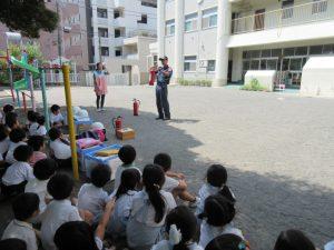 消火器の実施訓練です。三人の」先生方が行いました。