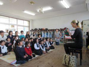 二日目は、「英語で遊ぼう」がありました。マルガ先生のお話を熱心に聴くゆりさんです。