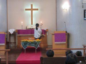 祭壇に飾られた収穫物と共に感謝礼拝の始まりです。