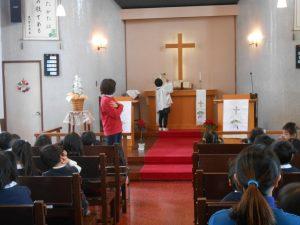 終業式礼拝の始まりです。祭壇のローソクに点火されます。