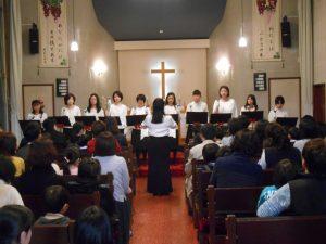 礼拝後は、保護者合唱サークルの皆さんによる、ハンドベル演奏と合唱を聞きました。