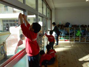 二学期もまもなく終了です。自分たちの教室を、感謝を込めてお掃除です。