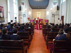 礼拝の後は、楽しみにしていたサンタさんをお迎えすることが出来ました。