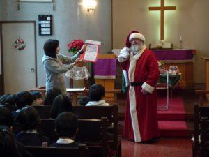 サンタさんにみんなで出したお手紙を見て、ルーテル幼稚園にも来てくれました。
