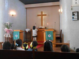 礼拝の終わりはローソクの消火です。