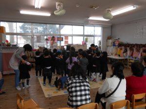 さくらさんはマルガ先生と英語で遊びました。