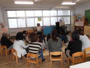 たんぽぽさんも、初めてマルガ先生と英語で遊びました。